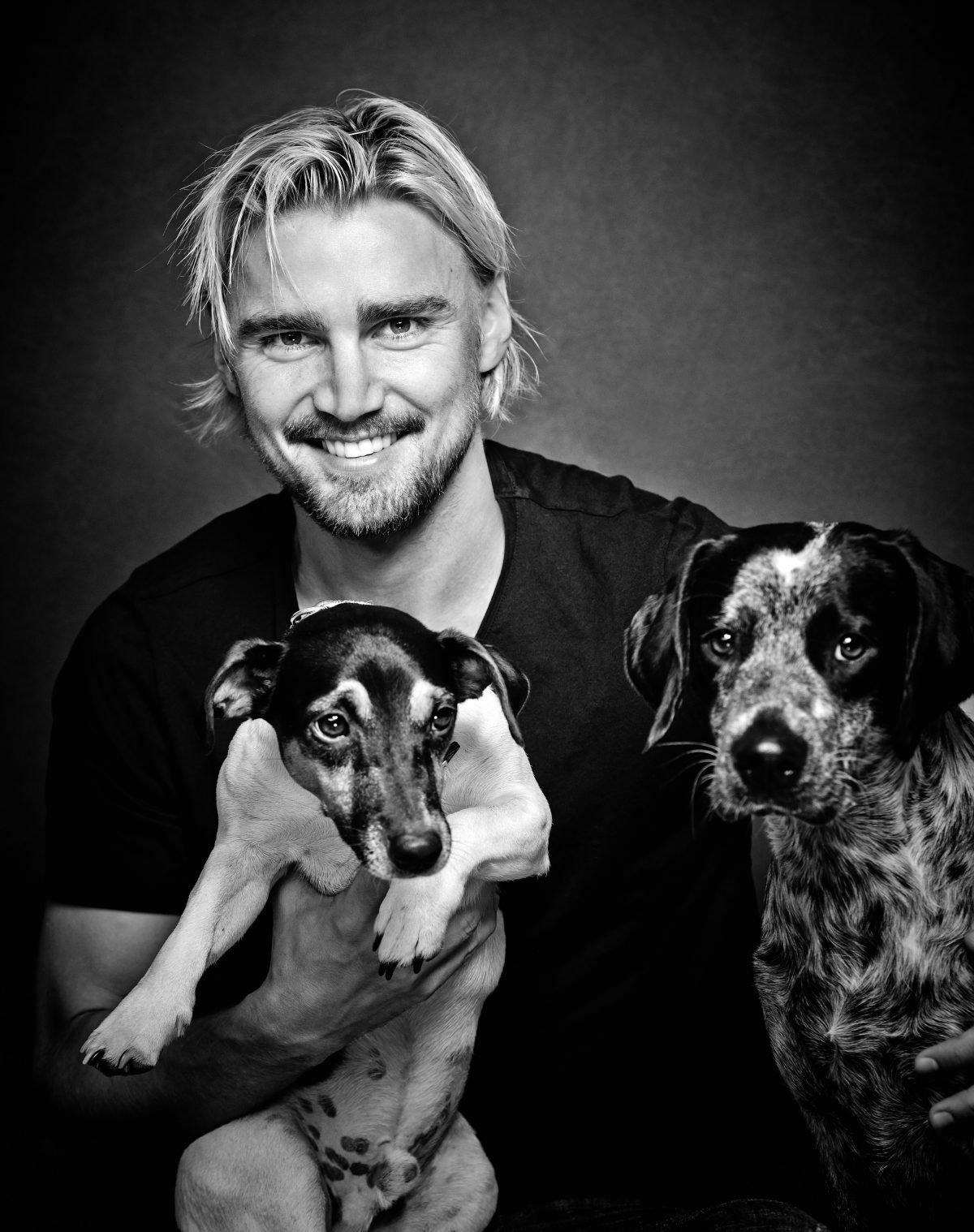marcel-schmelzer-fuer-mein-charity-buch-prominent-mit-hund-foto-nikolaj-georgiew-www.misterspencer.de