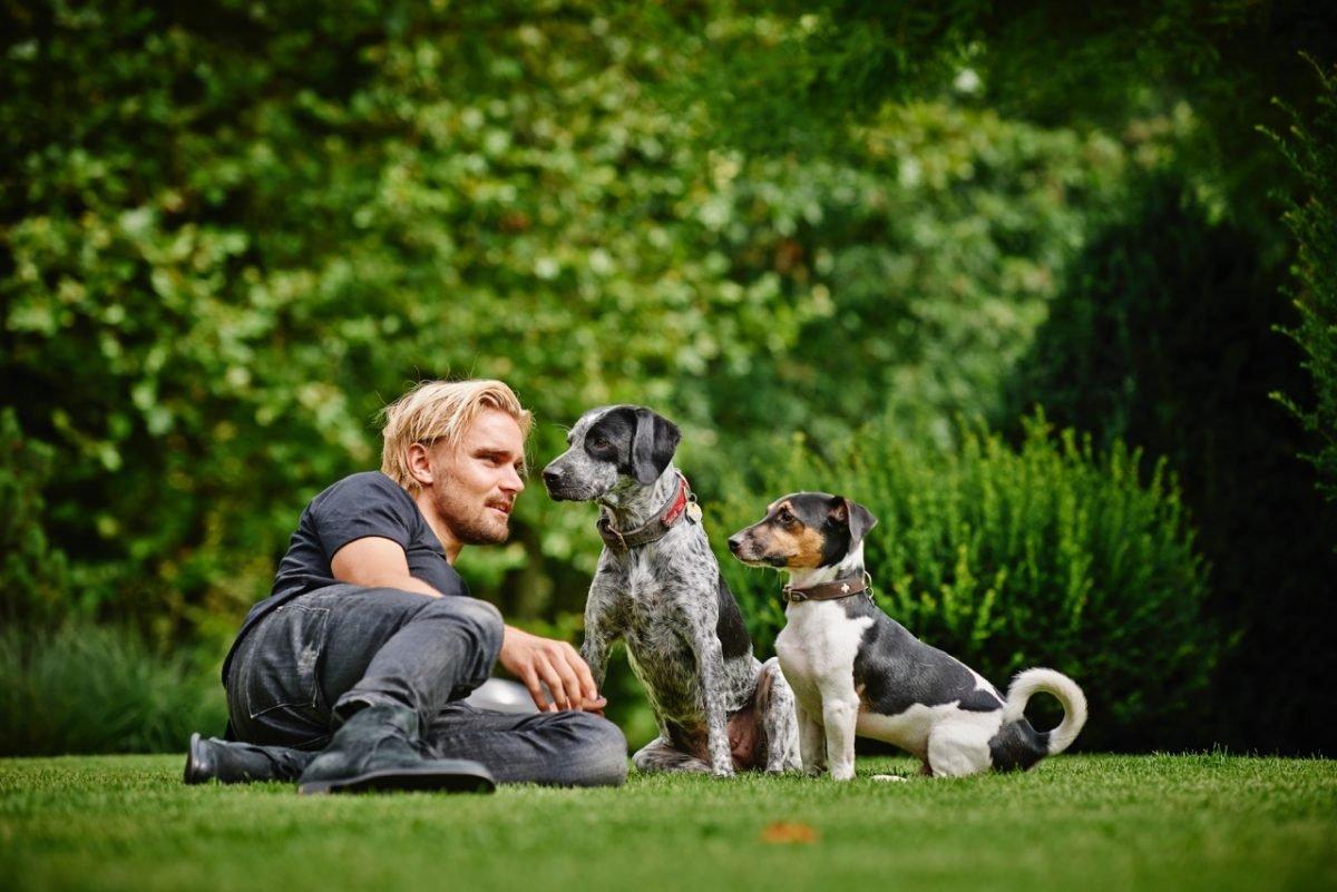 bvb-kapitaen-marcel-schmelzer-mit-seinen-hunden-fuer-prominent-mit-hund-foto-nikolaj-georgiew-fuer-www.ciaogianna.de