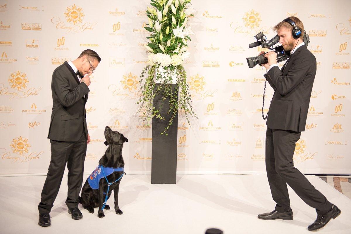 richar-rice-mit-assistenzhund-vor-kamera-bei-vita-charity-gala-foto-martin-loos-www.myotherstories.de