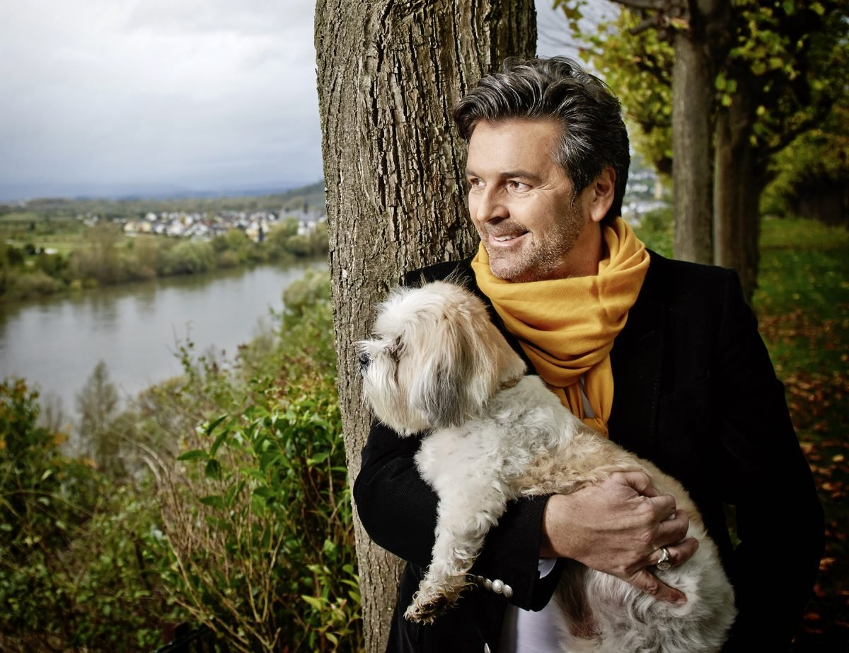 thomas-anders-und-sein-hund-fuer-charity-buch-prominent-mit-hund-foto-nikolaj-georgiew-www.ciaogianna.de
