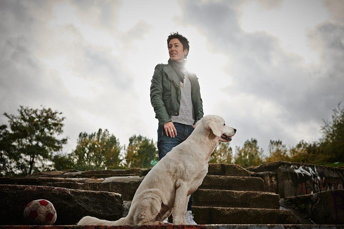 dunja-hayali-und-ihr-hund-fuer-charity-buch-prominent-mit-hund-foto-nikolaj-georgiew-www.misterspencer.de