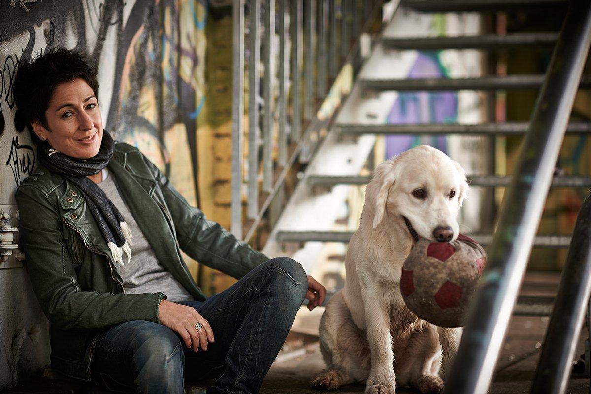 dunja-hayali-und-ihr-hund-fuer-charity-buch-prominent-mit-hund-foto-nikolaj-georgiew-www.ciaogianna.de
