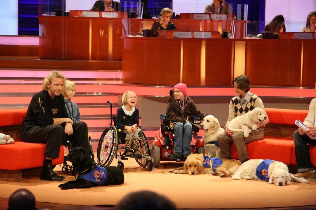 frieda-und-therapiehund-fellow-von vita-assistenzhunde-bei-thomas-gottschalk-foto-fuer-www.misterspencer.de