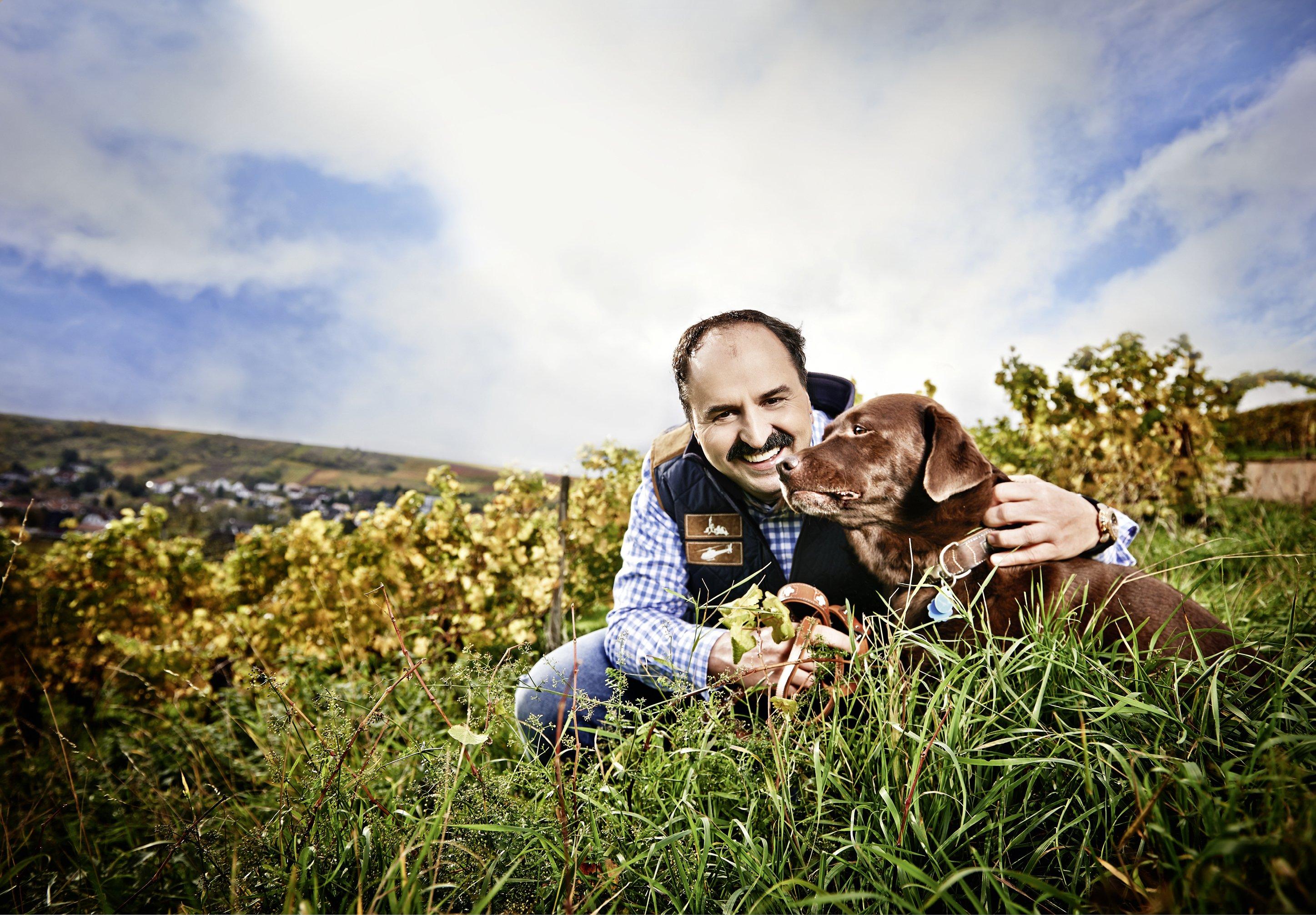 johann-lafer-und-sein-hund-fuer-charity-buch-prominent-mit-hund-foto-nikolaj-georgiew-www.ciaogianna.de