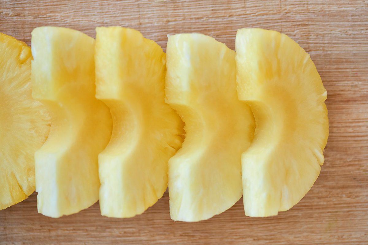 ananas-im-hundefutter-foto-maike-helbig-fuer-bettina-bergwelt-www.ciaogianna.de