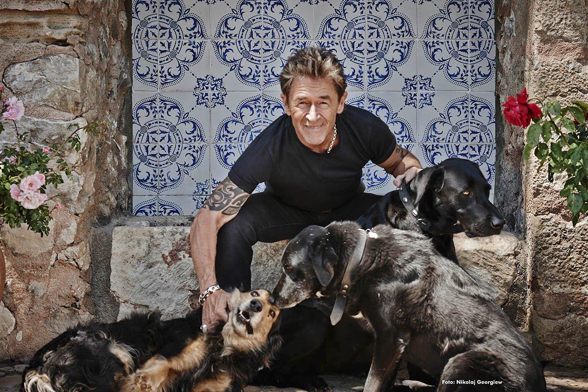 peter-maffay-mit-seinen-hunden-fuer-prominent-mit-hund-foto-nikolaj-georgiew-fuer-www.misterspencer.de
