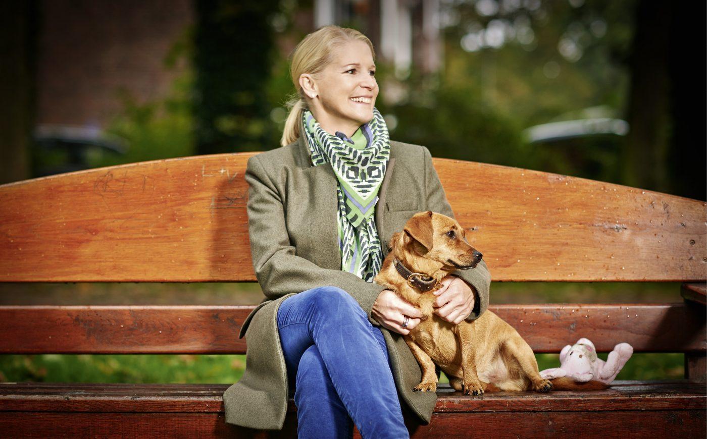 Cornelia-poletto-mit-hund-fuer-charity-buch-prominent-mit-hund-foto-nikolaj-georgiew-www.ciaogianna.de